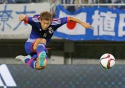サッカーU─22の国際親善試合、コスタリカ戦前半に先制ゴールを決める野津田(1日、ユアテックスタジアム仙台)=共同