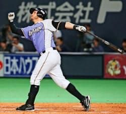 8回日本ハム2死一、二塁、レアードが左中間に3ランを放つ(2日、札幌ドーム)=共同