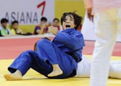 女子63キロ級決勝 韓国選手に一本勝ちし、喜ぶ津金恵(5日、光州)=共同