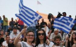 国民投票が終了し、、国会議事堂前のシンタグマ広場に集まった人たち(5日午後、アテネ市内)=写真 浅原敬一郎