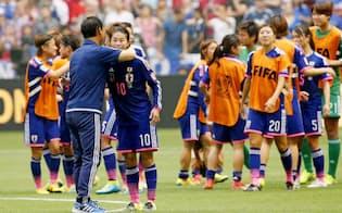 サッカー女子W杯決勝で米国に敗れ、佐々木監督のねぎらいを受ける澤(5日、バンクーバー)=共同