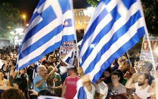 開票を終えた6日未明、反対派の勝利が確実となり、国会議事堂前のシンタグマ広場に集まり喜ぶ人たち(アテネ市内)