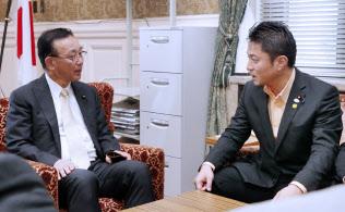 自民党の谷垣禎一幹事長(左)に安全保障関連法案の対案を説明する維新の党の柿沢幹事長(6月29日)