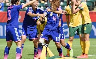 サッカー女子W杯準々決勝のオーストラリア戦で、決勝ゴールを決めイレブンの祝福を受ける岩渕=共同
