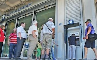 アテネ市内の銀行のATMに並ぶ人たち(6日)=写真 浅原敬一郎