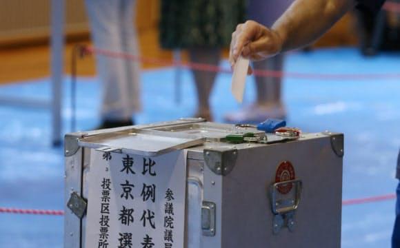 投票する有権者(2013年の参院選、東京都中央区)