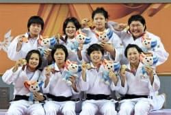 柔道女子団体で優勝した日本の(前列左から)渡名喜、内尾、山本杏、津金、(後列左から)長内、堀、山本沙、朝比奈(8日、光州)=共同