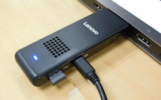 レノボ・ジャパンが7月に発売するスティック型パソコン。テレビなどのHDMI端子にさして、電源ケーブルを接続して使う