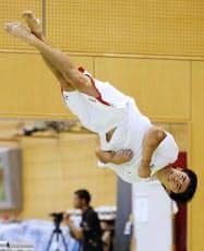 アジア選手権に向けた強化合宿で、床運動の練習をする白井健三(14日、味の素ナショナルトレーニングセンター)=共同