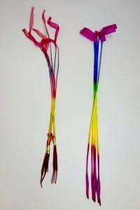 日本産の線香花火(右)と中国産。日本産は持ち手が長く、紙の染め方もきれいなものが多い