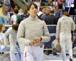 フェンシングの女子サーブル個人で予選落ちし、肩を落とす江村=共同