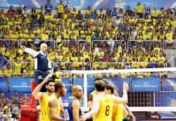 マラカナンジーニョで開幕した、バレーボール男子ワールドリーグ決勝ラウンドでブラジル選手(手前)に声援を送る観客(15日、リオデジャネイロ)=共同