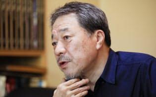 広島県尾道市生まれ。明治大在学中にデビューし、「沈黙の艦隊」で90年に講談社漫画賞を受賞した。現在は週刊モーニングで「ジパング 深蒼海流」を連載中。67歳。