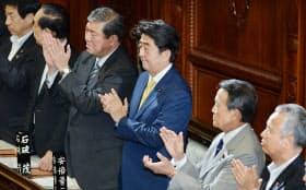 安全保障関連法案が衆院を通過し拍手する安倍首相(16日午後)