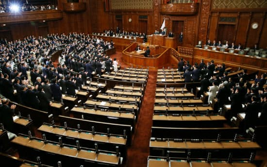 野党議員が退席する中、安保法案を可決した衆院本会議(16日午後)