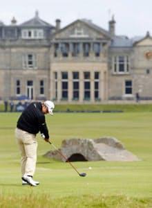 男子ゴルフの全英オープン第1ラウンド、18番でティーショットを放つ松山英樹(16日、セントアンドルーズ・オールドコース)=共同