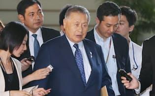 安倍首相との会談のため首相官邸に入る森元首相(17日午後)=写真 塩山賢