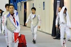男子フルーレ団体準々決勝で敗退した(左から)三宅、太田、千田、淡路の日本(19日、モスクワ)=共同