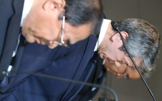 21日に開いた会見の冒頭、頭を下げる東芝の田中久雄社長(中)。左は室町正志会長(東京都港区)
