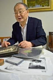 音声をコピーしたレコードや家族のアルバムを前に、当時の様子を語る塚本悠策さん(千葉県松戸市)