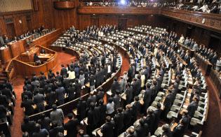 野党議員が退席する中、安全保障関連法案を可決した衆院本会議(7月16日)