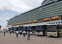 中国人観光客約3400人の上陸に備え、岸壁にはバス90台が待機した(22日、鳥取県境港市)