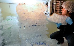 加工場ではかち割り氷の生産が続く(東京都港区)