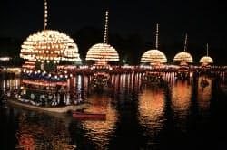 日本三大川祭の一つにも数えられる「尾張津島天王祭」の宵祭で川を進む「まきわら船」(25日、愛知県津島市)=写真 今井拓也