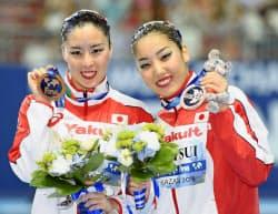 デュエット・テクニカルルーティンで銅メダルを獲得した乾(左)、三井組(26日、カザニ)=共同