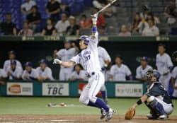 大阪ガス―JR東日本東北 10回裏大阪ガス2死一塁、足立が左越えにサヨナラ2ランを放つ(27日、東京ドーム)=共同