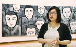 広島市現代美術館で展示中の作品を前に話す画家の後藤靖香氏(広島市南区)