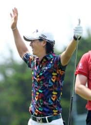 第1ラウンド、4番でホールインワンを達成し、喜ぶ石川遼(30日、ロバート・トレント・ジョーンズGC)=共同