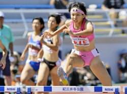女子400メートル障害決勝 57秒09のジュニア日本新記録で優勝した東大阪大敬愛・石塚晴子(31日、和歌山市紀三井寺陸上競技場)=共同
