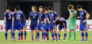 北朝鮮に逆転負けし、肩を落とす日本イレブン(2日、武漢)=共同