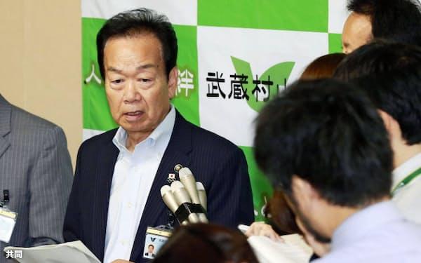 塩崎厚労相との会談を終え、記者の質問に答える東京都武蔵村山市の藤野勝市長(3日午前、同市役所)=共同