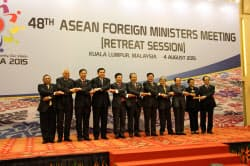 ASEAN外相会議で記念撮影する外相ら(4日、クアラルンプール)