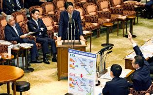 安保法制を巡る参院審議で答弁する安倍首相(4日)=共同