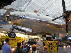修復され、スミソニアン航空宇宙博物館新館に展示されているB29「エノラ・ゲイ」の機体(2009年撮影、米ワシントン郊外、バージニア州)