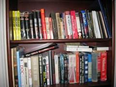 バンカーク氏の自宅の本棚には、原爆や戦争に関する本がびっしりと並んでいた(2011年撮影、米ジョージア州アトランタ郊外の自宅で)