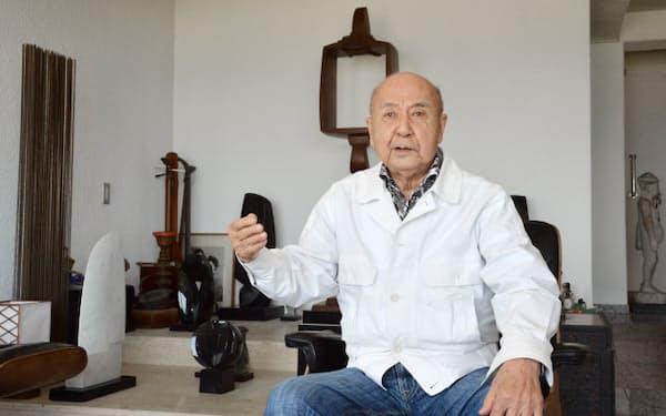 多くの作品が並ぶスタジオで暮らす彫刻家の流政之さん(高松市)