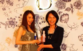 資生堂は化粧品専門店専用ブランド「ベネフィーク」の3世代ブランド化を目指す。発表会に登場した蛯原友里さん(左)と母の真由美さん(7月23日、東京都内)