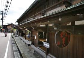 旧東海道の傍らに立つ旧和中散本舗(滋賀県栗東市)