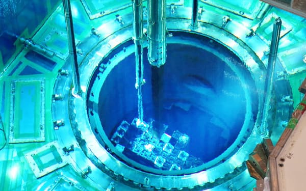 報道陣に公開された、川内原発1号機の原子炉に燃料を搬入する作業(8日、鹿児島県薩摩川内市)=写真 善家浩二