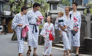 城崎温泉を訪れた外国人観光客(6日、兵庫県豊岡市)
