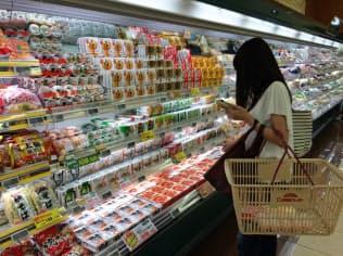 スーパーの店頭には常時20種類以上が並ぶ(吹田市の関西スーパーマーケット江坂店)
