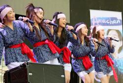 NHK連続テレビ小説「あまちゃん」の挿入歌を披露するフィリピン人少女5人組「Kawaii5」(17日、マニラ)=共同