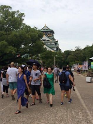 大阪府を訪れた外国人の多くは大阪城などを見物する