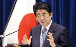 戦後70年談話を発表し、記者の質問に答える安倍首相(8月14日、首相官邸)