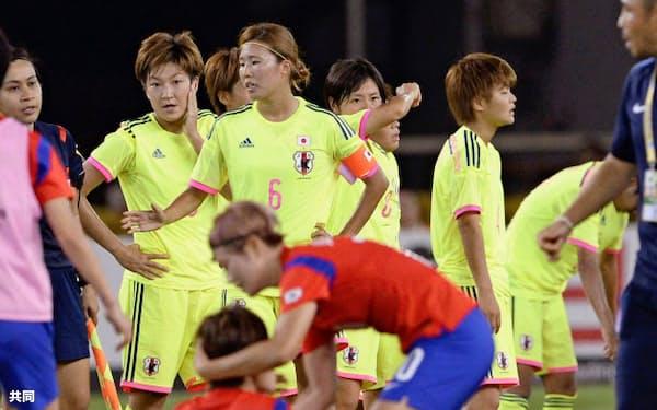 韓国に逆転負けし、肩を落とす日本イレブン(奥の黄色いユニホーム)=共同