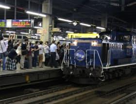 最後のブルートレイン、寝台特急「北斗星」の最終列車が札幌駅を出発した(22日、JR札幌駅)